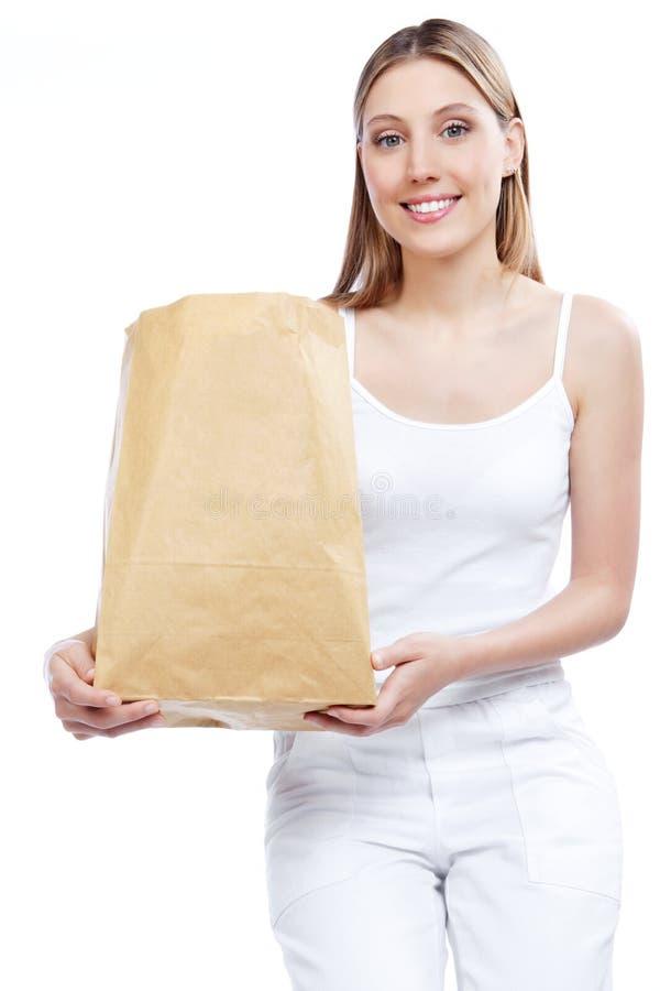 Frau, die Einkaufspapiertüte hält stockfotos