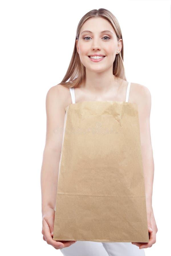 Frau, die Einkaufspapiertüte hält lizenzfreies stockbild