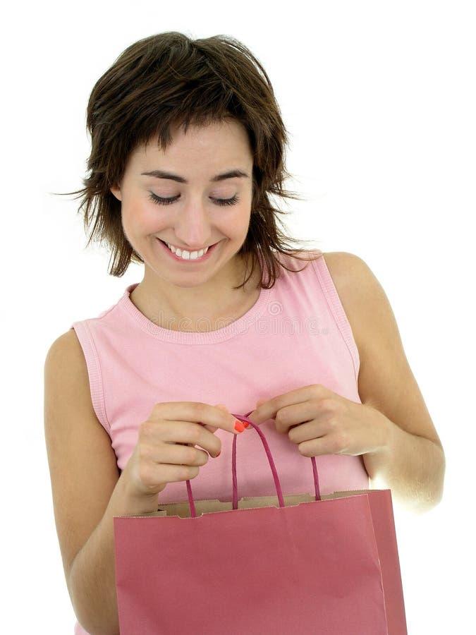 Frau, die Einkaufstasche untersucht lizenzfreies stockfoto