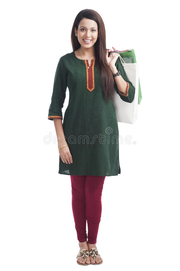 Frau, die Einkaufstaschen und das Lächeln hält lizenzfreie stockfotos