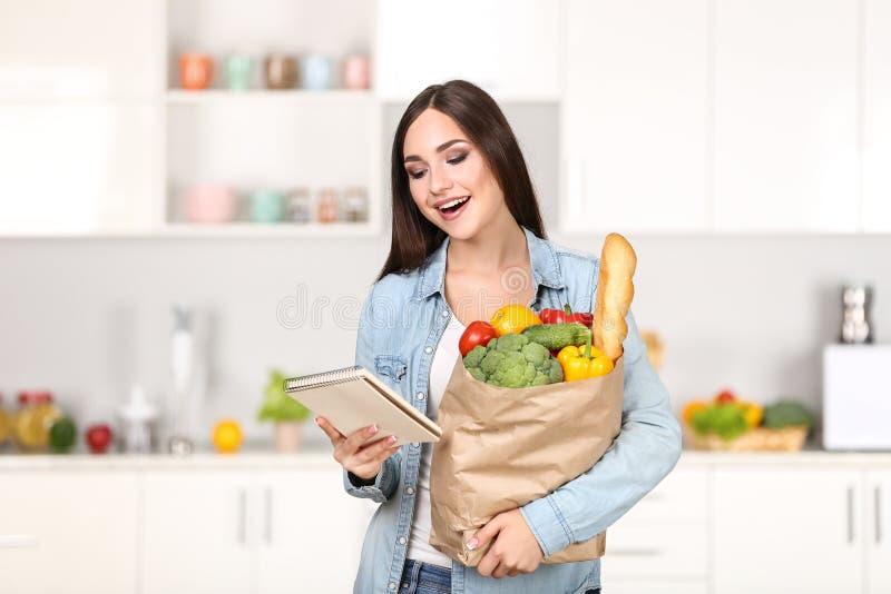Frau, die Einkauftasche hält lizenzfreie stockbilder