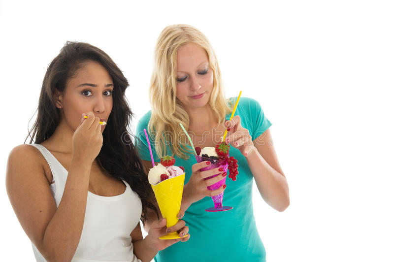 Frau, die Eiscreme isst stockfoto