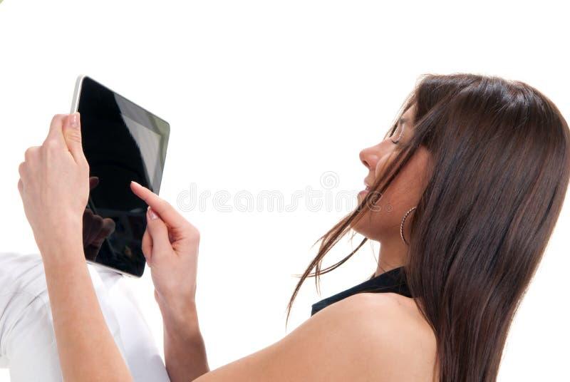 Frau, die elektronische Tablette in den Händen anhält stockfotos