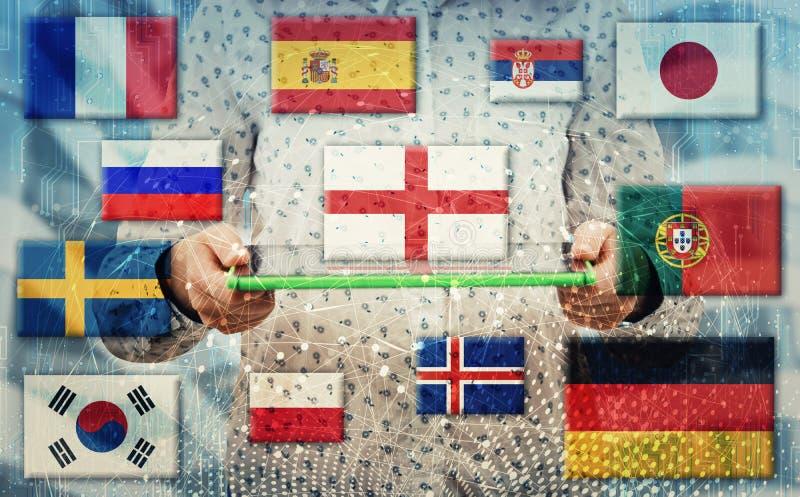 Frau, die elektronische Tablette hält, wie Staatsflaggen die verschiedenen Sprachen zeigen, die in der Welt gesprochen werden Ler stockfoto