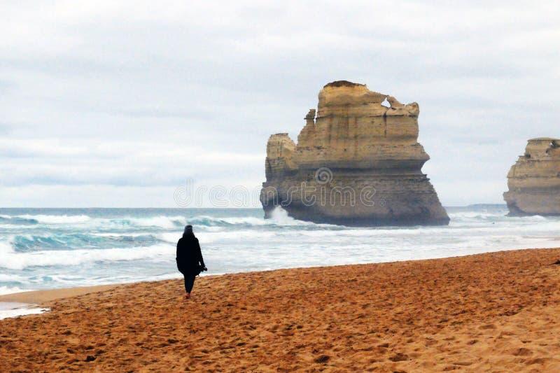 Frau, die entlang das Ufer geht lizenzfreies stockbild