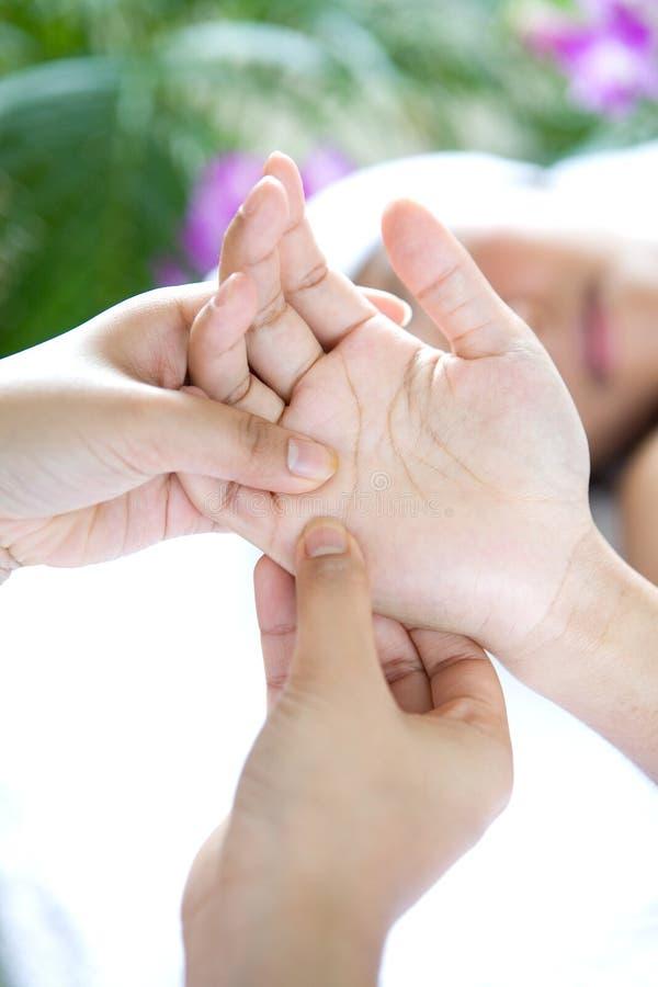 Frau, die entspannende Handmassage empfängt stockfotos