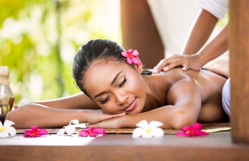 Frau, die entspannende Massage im Badekurortsalon hat lizenzfreie stockfotos