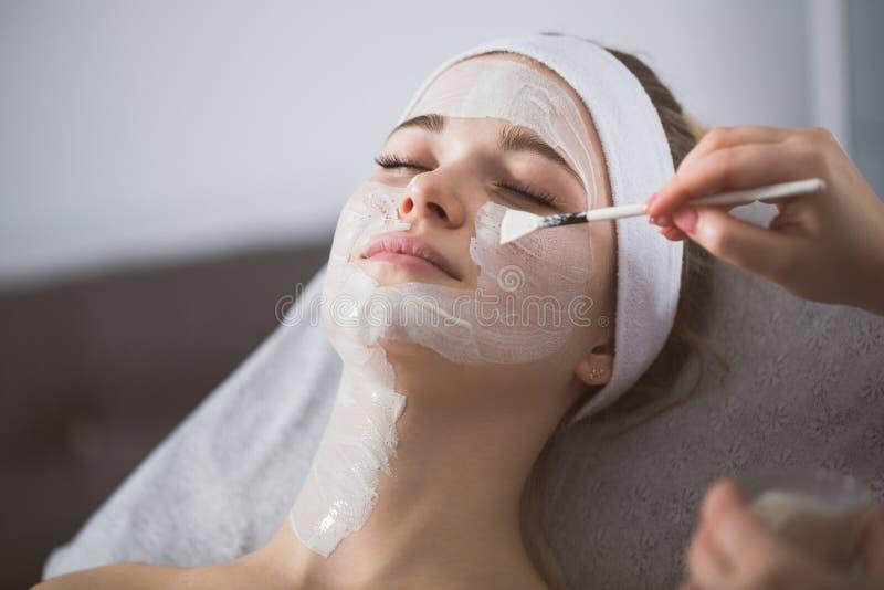 Frau, die enzymatische Schale an Kosmetiker ` s erhält lizenzfreies stockfoto