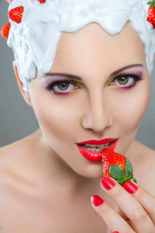 Frau, die Erdbeere isst stockbild