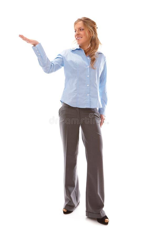 Frau, die etwas auf der Palme ihrer Hand zeigt stockbilder