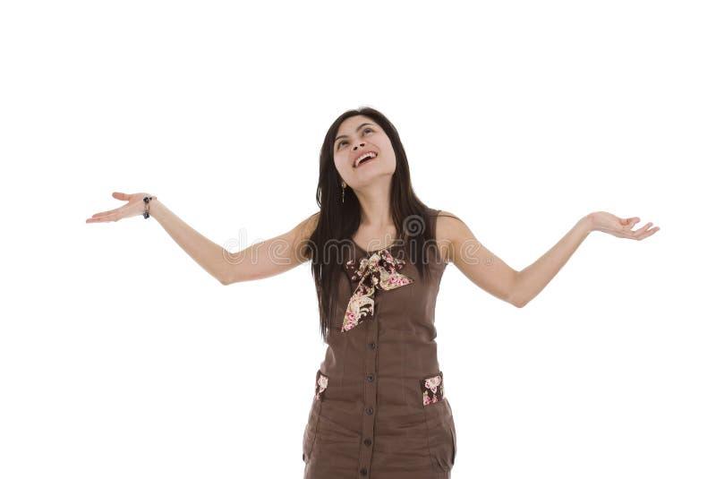 Frau, die etwas von oben erwartet lizenzfreies stockfoto