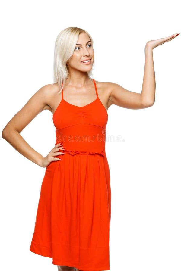 Frau, die Exemplarplatz zeigt stockfotografie