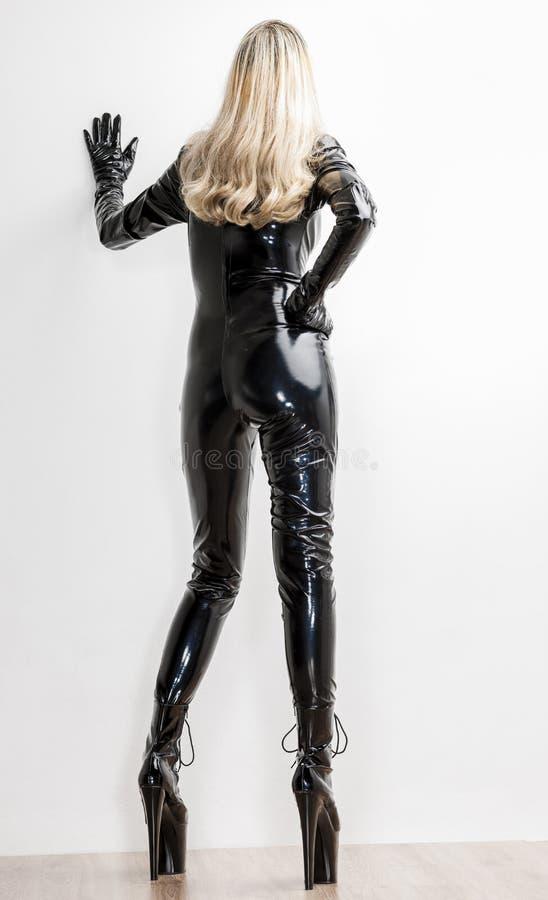 Frau, die extravagante Kleidung trägt lizenzfreie stockfotografie