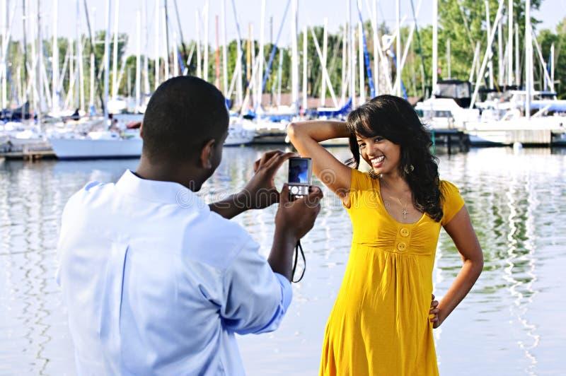 Frau, die für Abbildung nahe Booten aufwirft lizenzfreie stockfotos