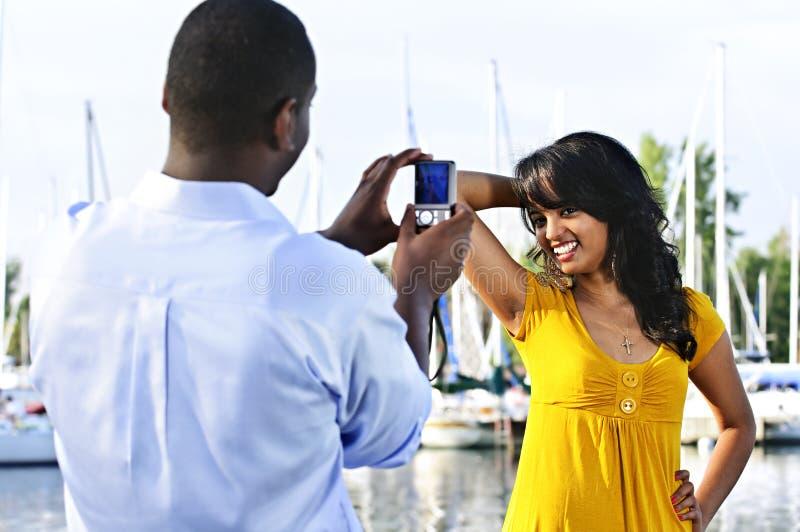 Frau, die für Abbildung nahe Booten aufwirft lizenzfreie stockfotografie