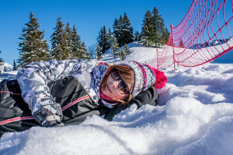 Frau, die für Foto bei Samoens 1600m aufwirft lizenzfreie stockbilder