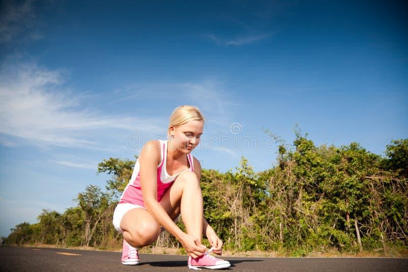 Frau, die für Training sich vorbereitet lizenzfreie stockfotografie