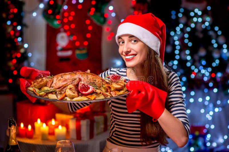 Frau, die für Weihnachtsessen sich vorbereitet stockfotos