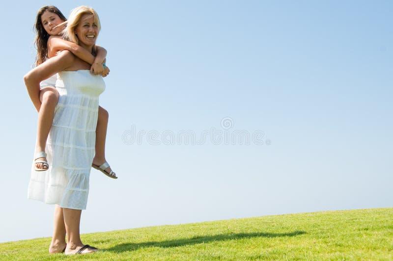 Frau, die Fahrt des jungen Mädchens Doppelpolgibt stockfoto