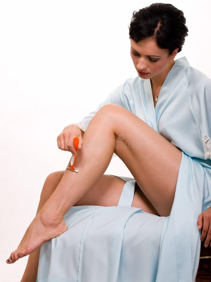 Frau, die Fahrwerkbeine rasiert stockfotos