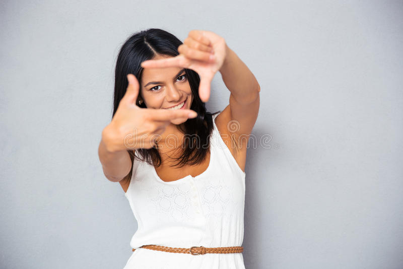 Frau, die Feldgeste macht lizenzfreies stockfoto