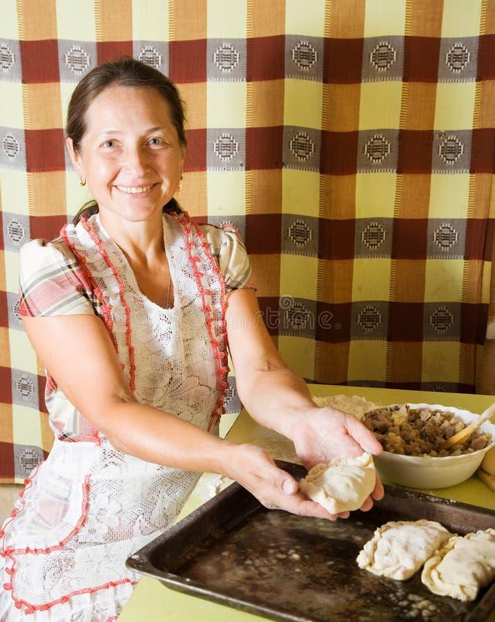 Frau, die Fleischpastete bildet lizenzfreies stockbild