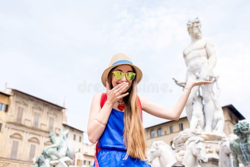 Frau, die in Florenz-Stadt reist stockbilder