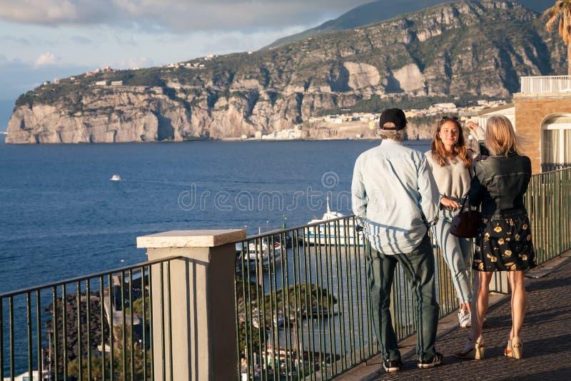 Frau, die Foto des M?dchens, Sorrent, Italien macht lizenzfreie stockfotografie