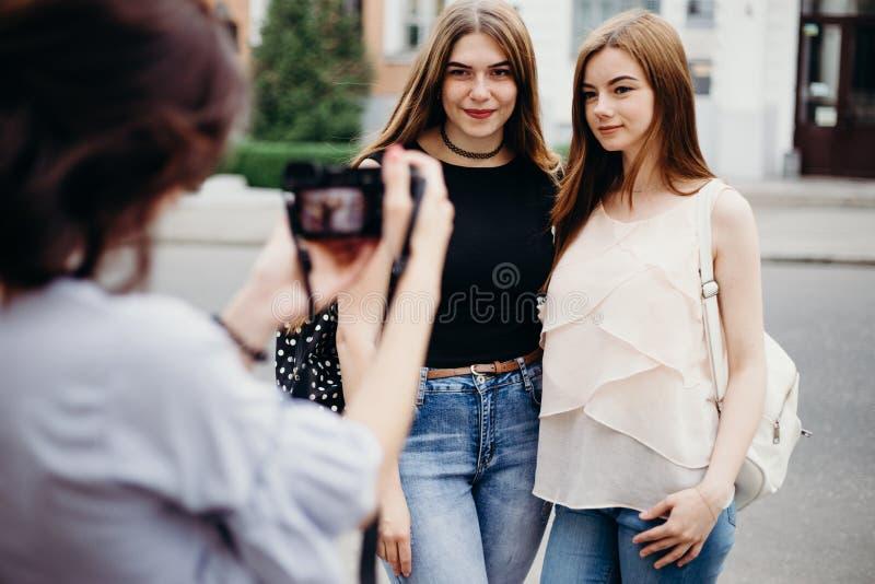 Frau, die Foto ihrer Freunde verwenden Kamera macht stockfotos