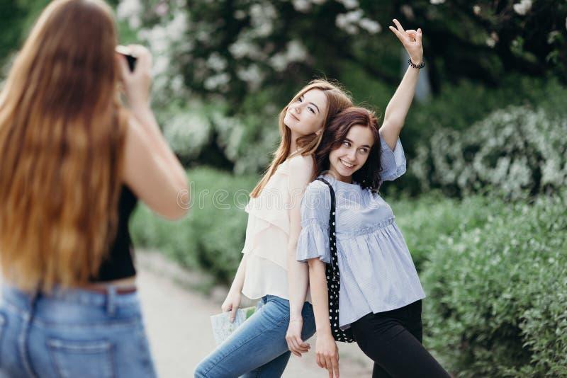 Frau, die Foto ihrer Freunde verwenden Kamera macht stockbilder