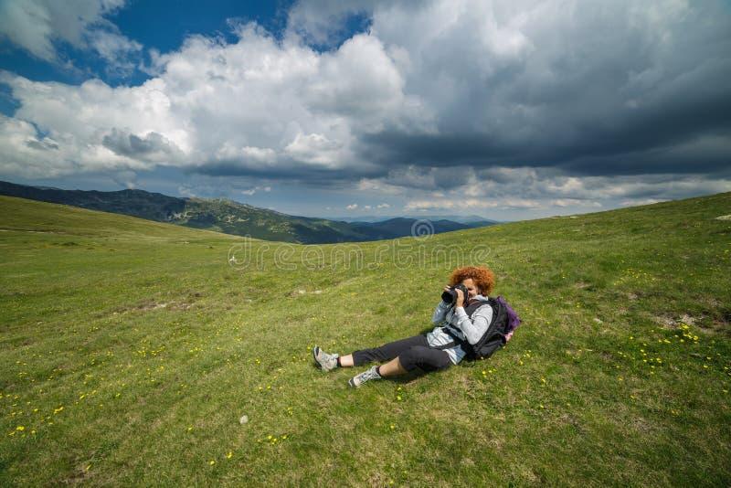 Frau, die Fotos auf Bergen macht lizenzfreies stockbild
