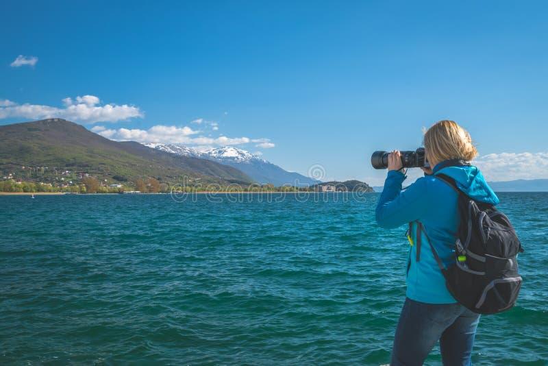 Frau, die Fotos an den Feiertagen macht lizenzfreies stockfoto