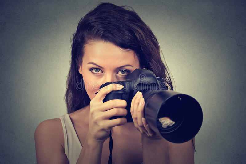 Frau, die Fotos mit Berufs-dslr Kamera macht lizenzfreie stockfotos