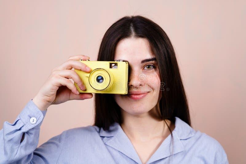 Frau, die Fotos mit Retro- Filmkamera macht lizenzfreies stockfoto