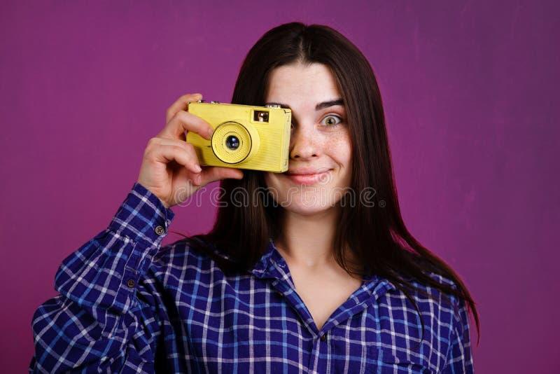Frau, die Fotos mit Retro- Filmkamera macht lizenzfreie stockbilder