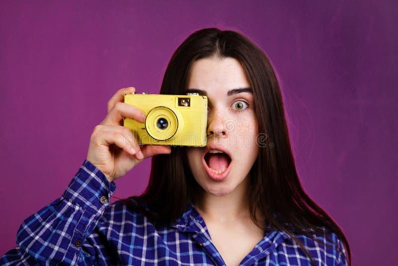 Frau, die Fotos mit Retro- Filmkamera macht stockfotografie
