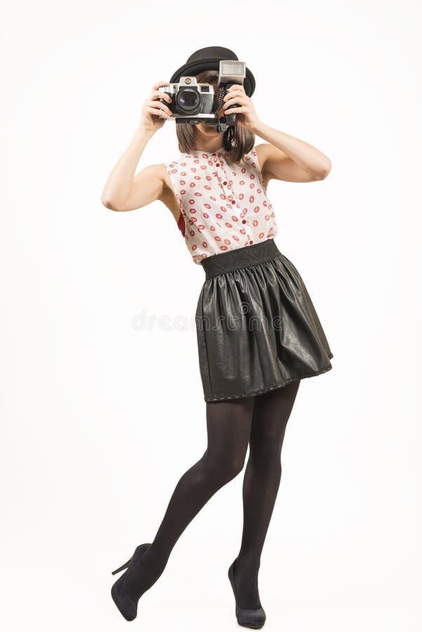 Frau, die Fotos mit Weinlesefilmkamera macht lizenzfreies stockfoto
