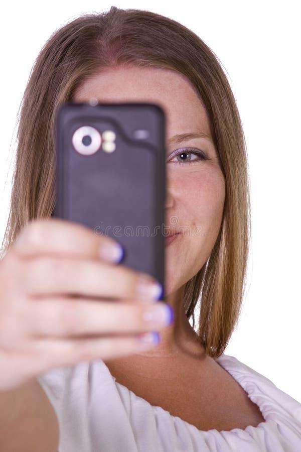 Frau, die Fotos von ihrem Handy macht stockfotos