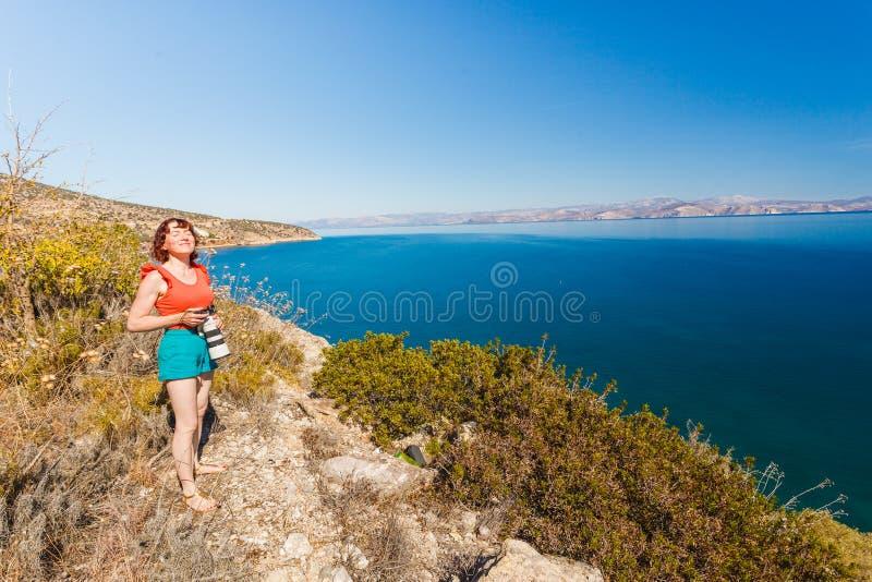 Frau, die Fotos während des Feiertags in Griechenland macht lizenzfreies stockfoto