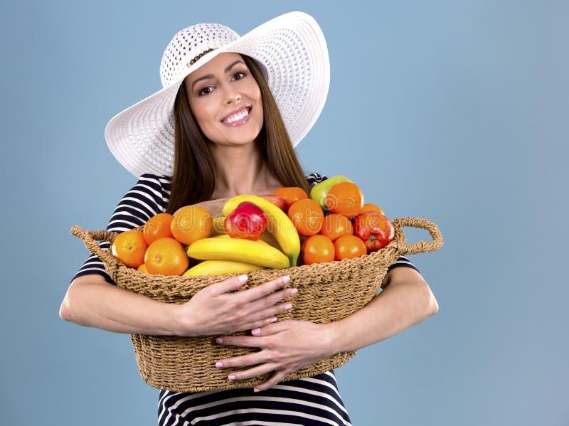 Frau, die Früchte hält stockbilder