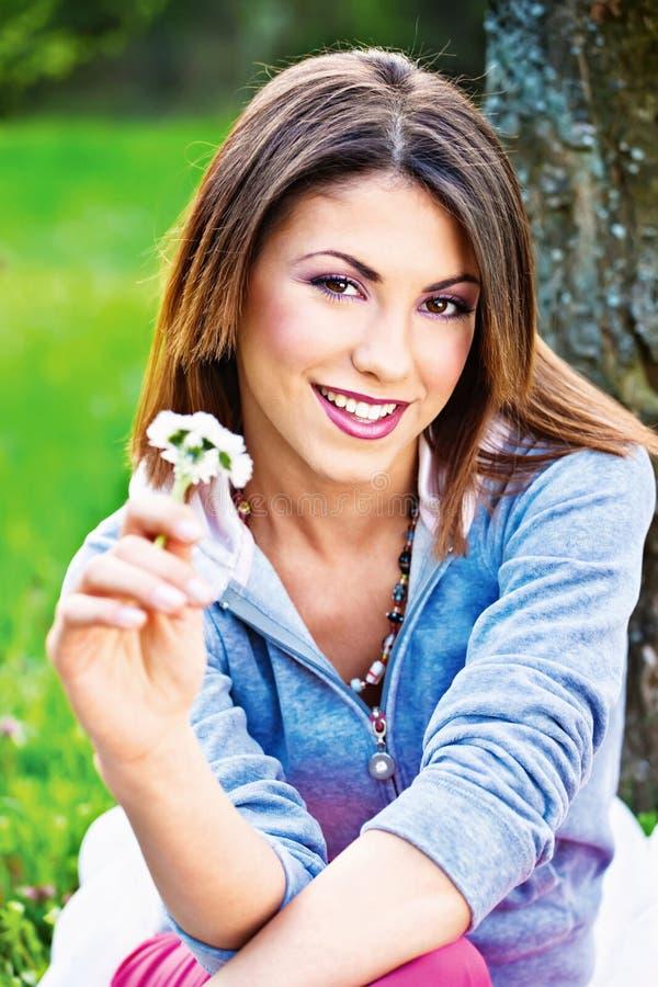 Frau, die Frühlingsblumen hält lizenzfreie stockfotografie