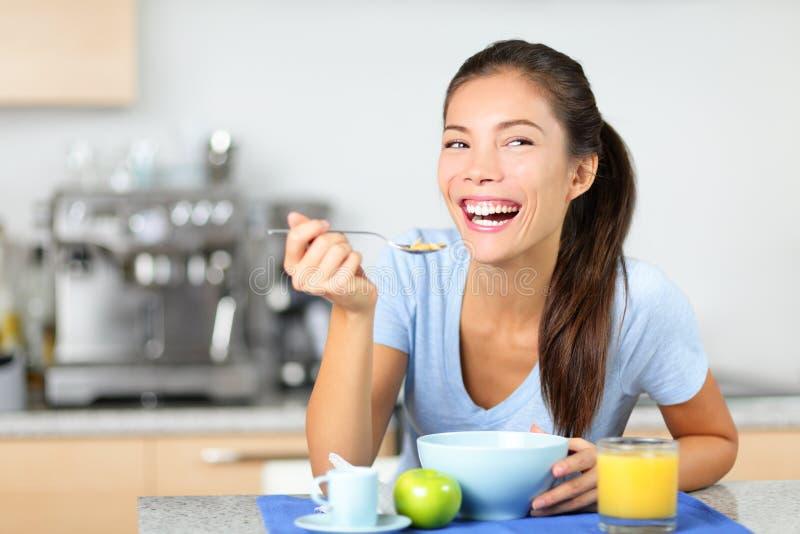 Frau, die Frühstückskost aus Getreide isst stockbild