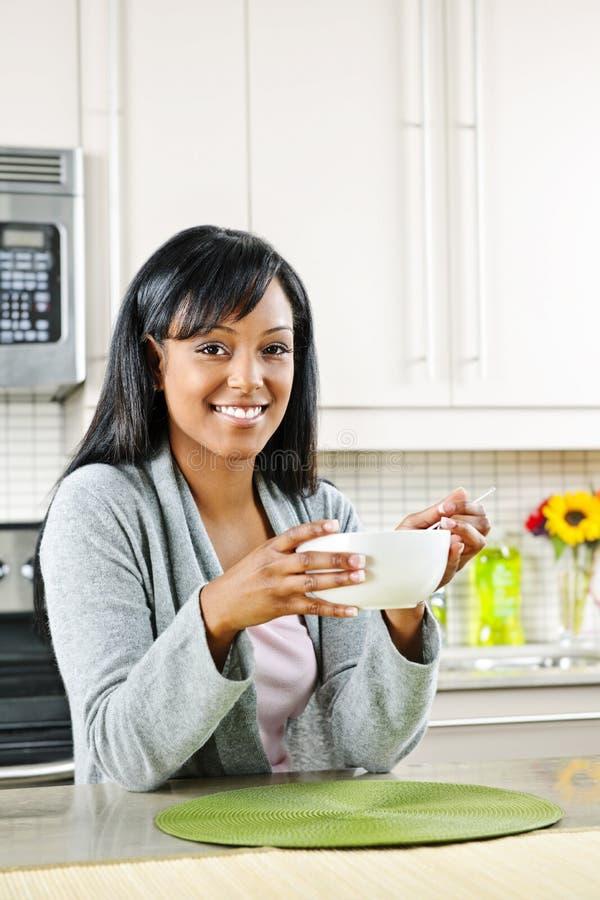 Frau, die frühstückt lizenzfreies stockbild