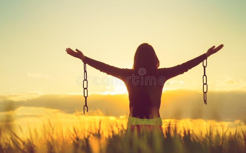 Frau, die frei in eine schöne Naturlandschaft glaubt lizenzfreies stockbild
