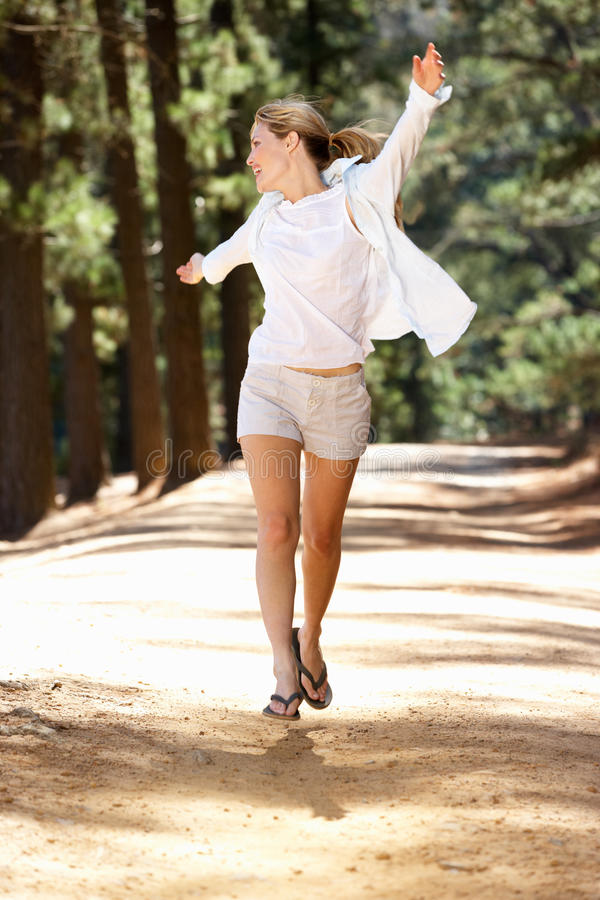 Frau, die frei entlang Landpfad läuft lizenzfreies stockfoto