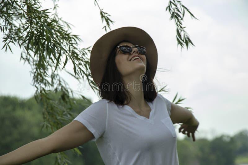 Frau, die frei in Natur glaubt lizenzfreies stockbild