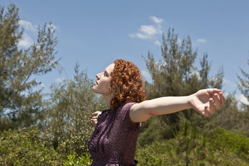 Frau, die Freiheit und Natur genießt stockfoto