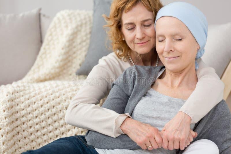 Frau, die Freund mit Krebs tröstet lizenzfreies stockbild