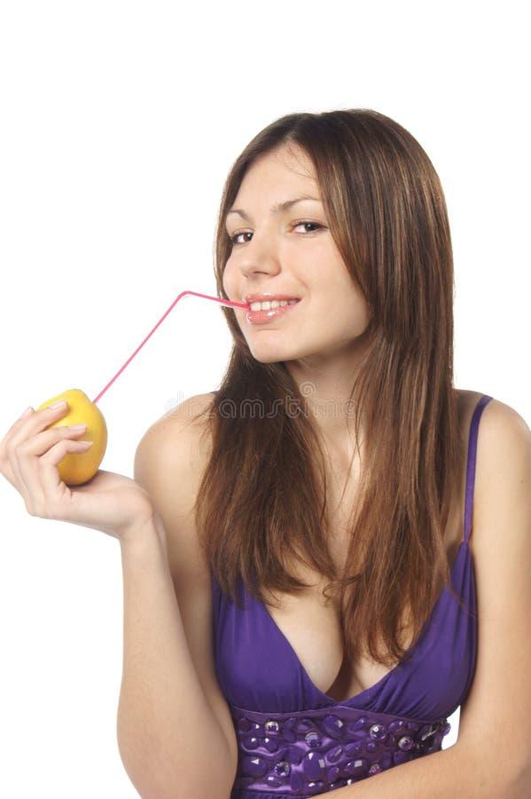 Frau, die frischen Zitronensaft trinkt lizenzfreies stockbild