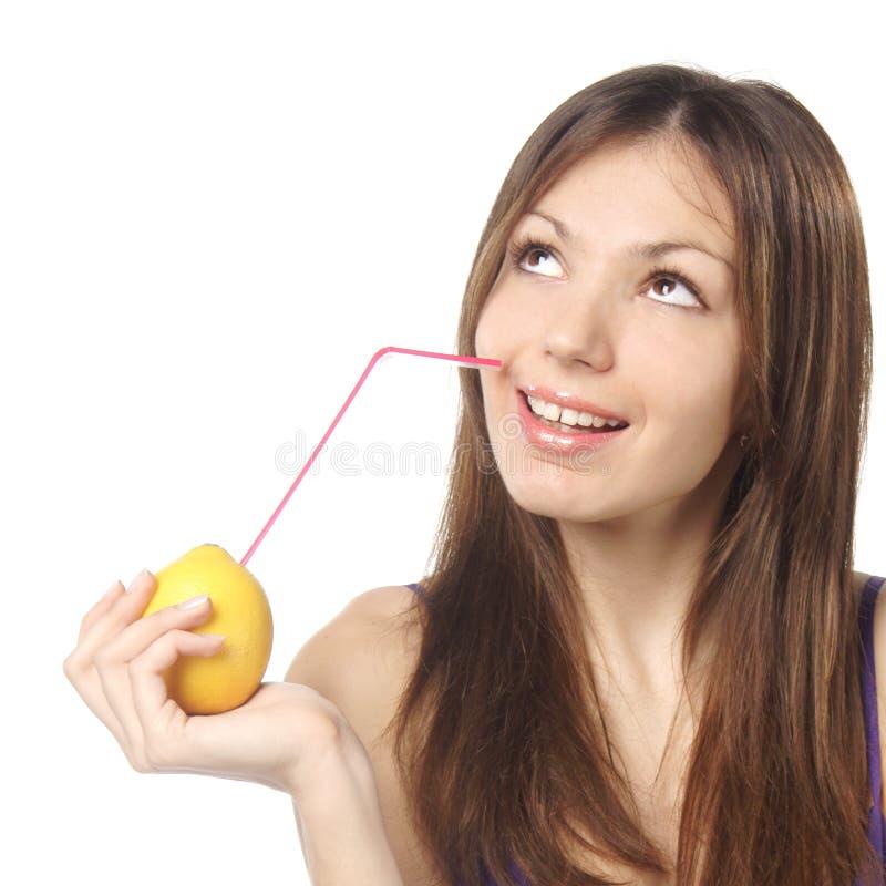 Frau, die frischen Zitronensaft trinkt stockbilder